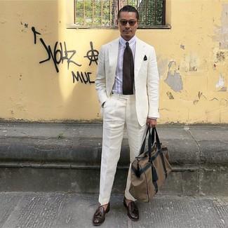 Cómo combinar: traje de lino blanco, camisa de vestir de rayas verticales blanca, mocasín con borlas de cuero en marrón oscuro, bolsa de viaje de lona marrón