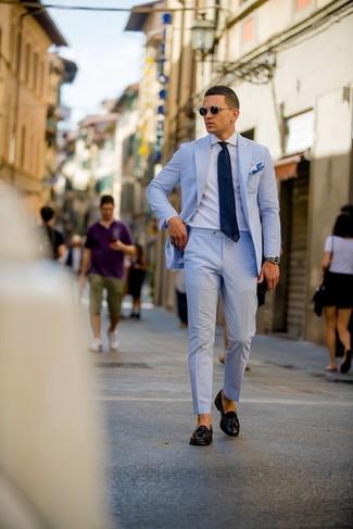 Cómo combinar: traje de seersucker celeste, camisa de vestir blanca, mocasín con borlas de cuero negro, corbata azul marino