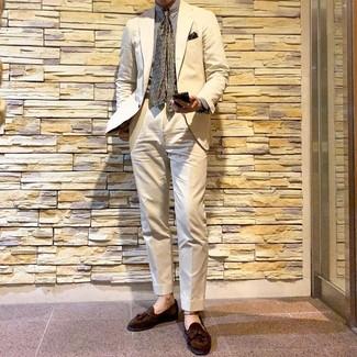 Cómo combinar: traje en beige, camisa de vestir de rayas verticales blanca, mocasín con borlas de ante marrón, corbata estampada verde oliva