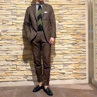 Look de moda: Traje en marrón oscuro, Camisa de vestir de rayas verticales en blanco y azul marino, Mocasín con borlas de cuero negro, Corbata de rayas horizontales verde oscuro