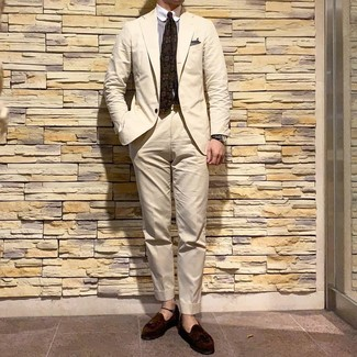 Look de moda: Traje en beige, Camisa de vestir de rayas verticales en blanco y marrón, Mocasín con borlas de ante en marrón oscuro, Corbata estampada verde oliva