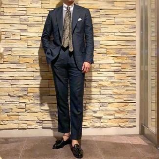 Cómo combinar una corbata con print de flores verde oliva: Empareja un traje negro junto a una corbata con print de flores verde oliva para un perfil clásico y refinado. ¿Quieres elegir un zapato informal? Usa un par de mocasín con borlas de cuero negro para el día.