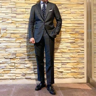 Cómo combinar: traje en gris oscuro, camisa de vestir de rayas verticales blanca, mocasín con borlas de cuero negro, corbata estampada azul marino