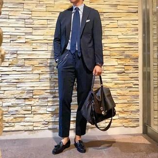 Cómo combinar: traje azul marino, camisa de vestir de rayas verticales celeste, mocasín con borlas de cuero negro, portafolio de cuero en marrón oscuro