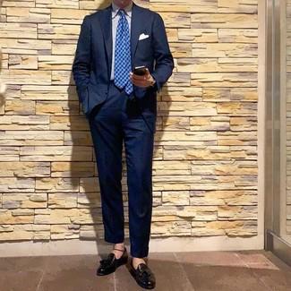 Cómo combinar: traje azul marino, camisa de vestir de rayas verticales en blanco y azul, mocasín con borlas de cuero negro, corbata de pata de gallo azul
