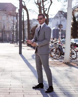 Cómo combinar: traje gris, camisa de vestir blanca, mocasín con borlas de cuero negro, corbata negra