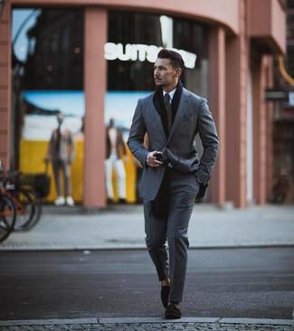 Cómo combinar: traje de rayas verticales gris, camisa de vestir blanca, mocasín con borlas de ante negro, corbata verde oliva