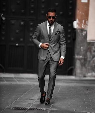 Cómo combinar: traje en gris oscuro, camisa de vestir blanca, mocasín con borlas de cuero negro, corbata en gris oscuro