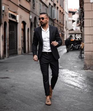 Cómo combinar: traje negro, camisa de vestir blanca, mocasín con borlas de ante marrón, correa de cuero negra