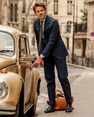 Una camisa de vestir de vestir con un mocasín con borlas en marrón oscuro: Casa una camisa de vestir junto a un traje de rayas verticales azul marino para una apariencia clásica y elegante. Mocasín con borlas en marrón oscuro son una opción grandiosa para complementar tu atuendo.