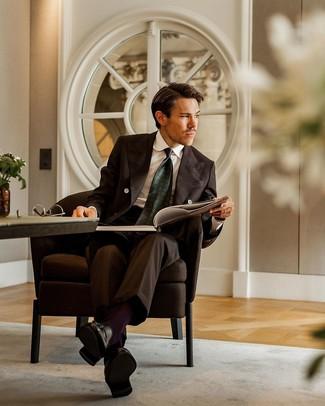 Cómo combinar un traje en marrón oscuro: Emparejar un traje en marrón oscuro junto a una camisa de vestir blanca es una opción atractiva para una apariencia clásica y refinada. ¿Quieres elegir un zapato informal? Completa tu atuendo con mocasín con borlas de cuero negro para el día.