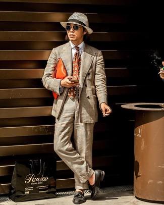 Cómo combinar una corbata estampada marrón: Haz de un traje de tartán en beige y una corbata estampada marrón tu atuendo para un perfil clásico y refinado. ¿Quieres elegir un zapato informal? Haz mocasín con borlas de cuero negro tu calzado para el día.