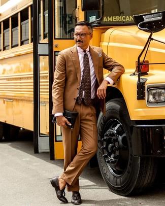 Una camisa de vestir de vestir con un mocasín con borlas en marrón oscuro: Considera emparejar una camisa de vestir con un traje marrón claro para una apariencia clásica y elegante. ¿Quieres elegir un zapato informal? Usa un par de mocasín con borlas en marrón oscuro para el día.