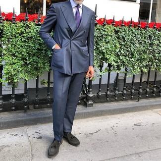 Cómo combinar: traje azul marino, camisa de vestir blanca, mocasín con borlas de ante negro, corbata de rayas horizontales en violeta