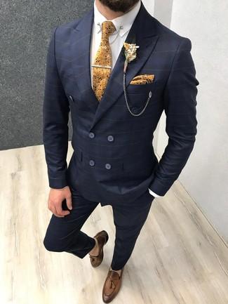 Cómo combinar: traje a cuadros azul marino, camisa de vestir blanca, mocasín con borlas de cuero marrón, corbata con print de flores mostaza