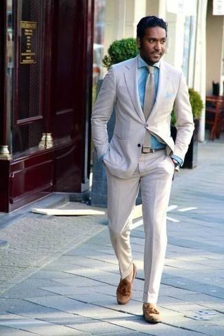 Cómo combinar un pañuelo de bolsillo celeste: Considera ponerse un traje de lino en beige y un pañuelo de bolsillo celeste para una vestimenta cómoda que queda muy bien junta. Usa un par de mocasín con borlas de ante marrón claro para mostrar tu inteligencia sartorial.