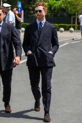 Outfits hombres estilo elegante: Empareja un traje negro con una camisa de vestir de rayas verticales celeste para rebosar clase y sofisticación. Mocasín con borlas de ante en marrón oscuro son una opción grandiosa para complementar tu atuendo.