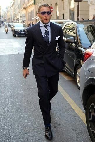 Cómo combinar un reloj gris: Empareja un traje negro junto a un reloj gris para un look diario sin parecer demasiado arreglada. Mocasín con borlas de cuero negro son una forma sencilla de mejorar tu look.