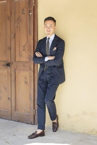 Cómo combinar una corbata estampada verde oscuro: Elige un traje azul marino y una corbata estampada verde oscuro para rebosar clase y sofisticación. Mocasín con borlas de cuero en marrón oscuro añadirán un nuevo toque a un estilo que de lo contrario es clásico.