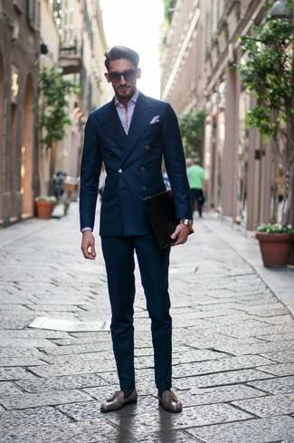 Cómo combinar un mocasín con borlas de cuero marrón: Considera emparejar un traje azul marino con una camisa de vestir violeta claro para una apariencia clásica y elegante. Mocasín con borlas de cuero marrón contrastarán muy bien con el resto del conjunto.