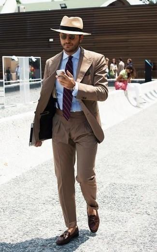 Cómo combinar un pañuelo de bolsillo verde oscuro: Utiliza un traje marrón y un pañuelo de bolsillo verde oscuro para una vestimenta cómoda que queda muy bien junta. Con el calzado, sé más clásico y usa un par de mocasín con borlas de cuero marrón.