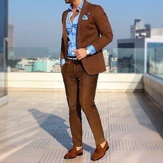 Cómo combinar un traje marrón: Equípate un traje marrón junto a una camisa de vestir celeste para una apariencia clásica y elegante. Mocasín con borlas de ante marrón darán un toque desenfadado al conjunto.