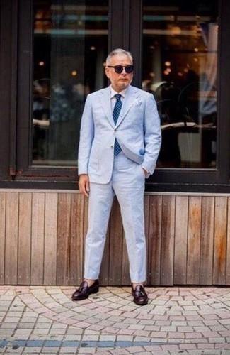 Cómo combinar una corbata a lunares azul: Usa un traje celeste y una corbata a lunares azul para un perfil clásico y refinado. ¿Quieres elegir un zapato informal? Opta por un par de mocasín con borlas de cuero burdeos para el día.