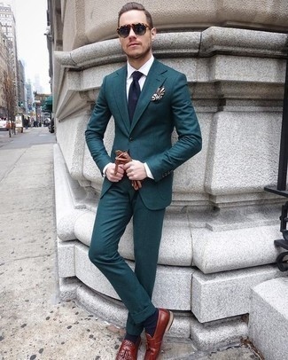 Cómo combinar un traje en verde azulado: Intenta combinar un traje en verde azulado junto a una camisa de vestir blanca para rebosar clase y sofisticación. ¿Quieres elegir un zapato informal? Completa tu atuendo con mocasín con borlas de cuero burdeos para el día.
