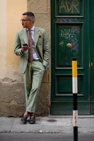 Cómo combinar una camisa de vestir: Considera ponerse una camisa de vestir y un traje en verde menta para rebosar clase y sofisticación. ¿Quieres elegir un zapato informal? Haz mocasín con borlas de cuero morado oscuro tu calzado para el día.