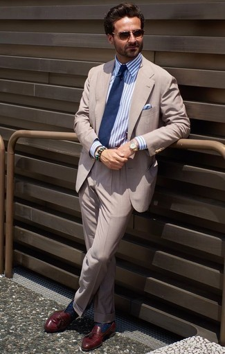 Cómo combinar una camisa de vestir de rayas verticales en blanco y azul: Empareja una camisa de vestir de rayas verticales en blanco y azul con un traje en beige para un perfil clásico y refinado. Mocasín con borlas de cuero burdeos son una opción buena para complementar tu atuendo.