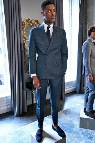 Cómo combinar un pañuelo de bolsillo azul marino: Opta por un traje azul marino y un pañuelo de bolsillo azul marino para conseguir una apariencia relajada pero elegante. Opta por un par de mocasín con borlas de ante azul marino para mostrar tu inteligencia sartorial.