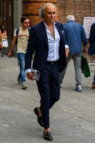 Una camisa de vestir de vestir con un mocasín con borlas negro: Intenta combinar una camisa de vestir con un traje azul marino para rebosar clase y sofisticación. Mocasín con borlas negro añadirán interés a un estilo clásico.