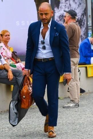 Cómo combinar una correa de cuero en tabaco: Utiliza un traje azul marino y una correa de cuero en tabaco para una apariencia fácil de vestir para todos los días. Elige un par de mocasín con borlas de cuero en tabaco para mostrar tu inteligencia sartorial.