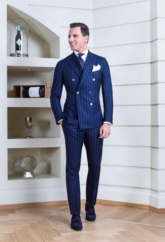 Cómo combinar un traje de rayas verticales azul: Emparejar un traje de rayas verticales azul con una camisa de vestir blanca es una opción buena para una apariencia clásica y refinada. Mocasín con borlas de ante azul marino son una opción perfecta para complementar tu atuendo.