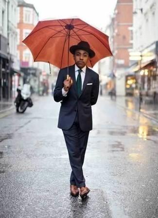 Cómo combinar una corbata verde oscuro: Considera emparejar un traje azul marino con una corbata verde oscuro para rebosar clase y sofisticación. ¿Quieres elegir un zapato informal? Opta por un par de mocasín con borlas de cuero marrón para el día.