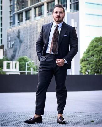Cómo combinar un traje azul marino: Elige un traje azul marino y una camisa de vestir blanca para rebosar clase y sofisticación. ¿Por qué no añadir mocasín con borlas de cuero en marrón oscuro a la combinación para dar una sensación más relajada?