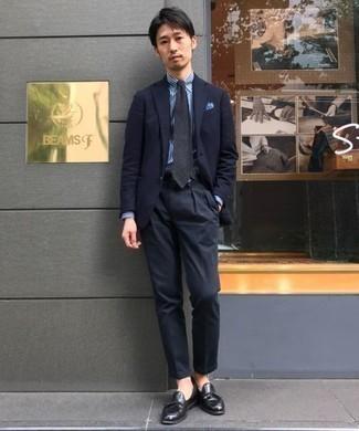 Cómo combinar un mocasín con borlas de cuero negro: Ponte un traje azul marino y una camisa de vestir de rayas verticales en blanco y azul para un perfil clásico y refinado. Mocasín con borlas de cuero negro son una opción incomparable para complementar tu atuendo.