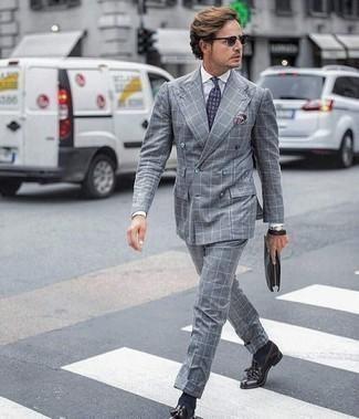 Outfits hombres: Ponte un traje a cuadros gris y una camisa de vestir blanca para un perfil clásico y refinado. Mocasín con borlas de cuero morado oscuro son una opción atractiva para complementar tu atuendo.