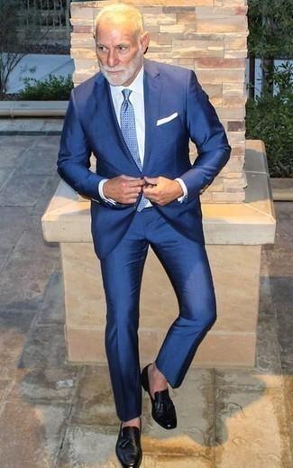 Moda para hombres de 60 años: Ponte un traje azul y una camisa de vestir blanca para una apariencia clásica y elegante. Si no quieres vestir totalmente formal, haz mocasín con borlas de cuero negro tu calzado.