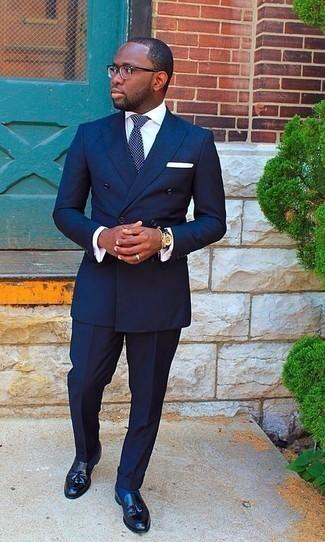 Cómo combinar una corbata a lunares en azul marino y blanco: Intenta ponerse un traje azul marino y una corbata a lunares en azul marino y blanco para una apariencia clásica y elegante. ¿Quieres elegir un zapato informal? Opta por un par de mocasín con borlas de cuero negro para el día.