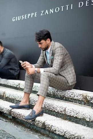 Moda para hombres de 30 años: Usa un traje de tartán gris y una camisa de vestir blanca para un perfil clásico y refinado. Mocasín con borlas de cuero azul marino son una opción estupenda para completar este atuendo.