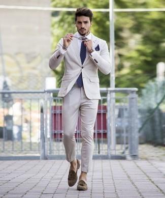 Cómo combinar un traje en beige: Casa un traje en beige con una camisa de vestir blanca para una apariencia clásica y elegante. Si no quieres vestir totalmente formal, elige un par de mocasín con borlas de ante marrón.
