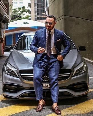 Cómo combinar un mocasín con borlas de cuero tejido en marrón oscuro: Emparejar un traje azul con una camisa de vestir blanca es una opción muy buena para una apariencia clásica y refinada. Mezcle diferentes estilos con mocasín con borlas de cuero tejido en marrón oscuro.