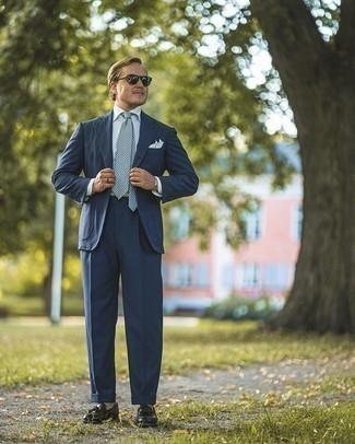 Moda para hombres de 40 años: Empareja un traje azul marino con una camisa de vestir blanca para un perfil clásico y refinado. Si no quieres vestir totalmente formal, elige un par de mocasín con borlas de cuero negro.