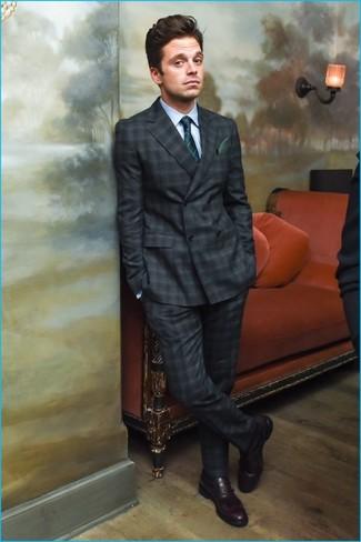 Cómo combinar: traje de tartán en gris oscuro, camisa de vestir celeste, mocasín de cuero burdeos, corbata a cuadros verde oscuro