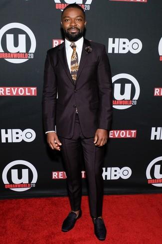Cómo combinar una corbata estampada marrón: Ponte un traje morado oscuro y una corbata estampada marrón para rebosar clase y sofisticación. Si no quieres vestir totalmente formal, complementa tu atuendo con mocasín de ante negro.