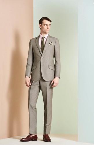 Cómo combinar: traje marrón, camisa de vestir rosada, mocasín de cuero burdeos, corbata estampada verde oliva