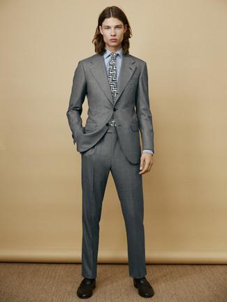 Cómo combinar: traje gris, camisa de vestir celeste, mocasín de cuero negro, corbata estampada en negro y blanco