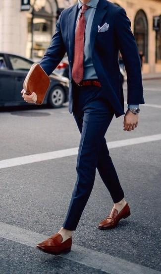 Cómo combinar un pañuelo de bolsillo violeta claro: Equípate un traje azul marino con un pañuelo de bolsillo violeta claro para lidiar sin esfuerzo con lo que sea que te traiga el día. Completa tu atuendo con mocasín de cuero en tabaco para mostrar tu inteligencia sartorial.
