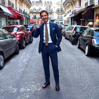 Cómo combinar: traje de rayas verticales azul marino, camisa de vestir blanca, mocasín de cuero en marrón oscuro, corbata de punto marrón